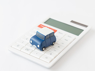 電卓の上にあるおもちゃの車